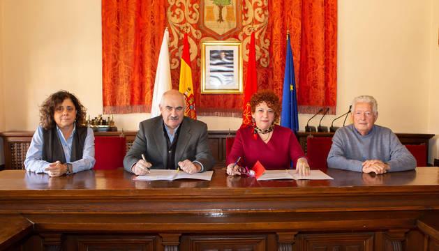 De izquierda a derecha: Ursúa, Aierdi, Garbayo y Pérez durante la firma del acuerdo de colaboración.