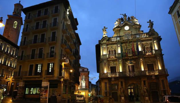 Vista nocturna de la plaza consistorial, con el Ayuntamiento y Casa Seminario en primer plano.