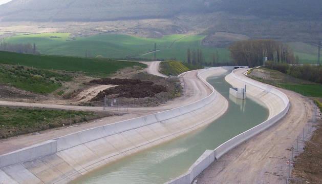 Imagen de un tramo del Canal de Navarra, a cielo abierto, de la 1ª fase del Canal de Navarra.