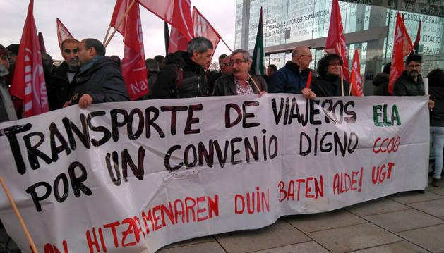 Foto de los sindicatos ELA, UGT y CC OO, se han concentrado este jueves frente a la estación de autobuses de Pamplona.