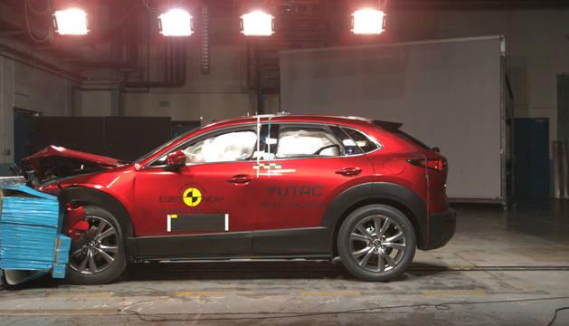Foto de Mazda CX-30, en el test de seguridad.