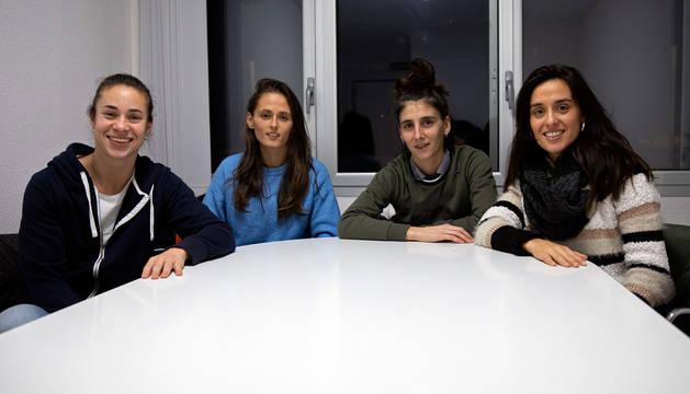 foto de De izda. a dcha., Leyre Fernández, Lorena Herrera, Josune Urdániz y Lidia Alén, futbolistas de Osasuna, en uno de los despachos de Tajonar.