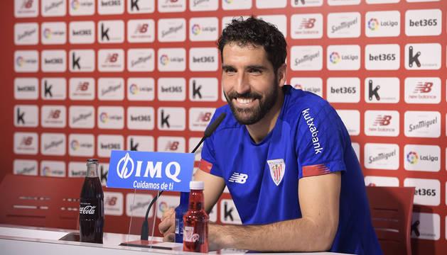 Raúl García atiende a los medios de comunicación, este jueves en Lezama. (Athletic)