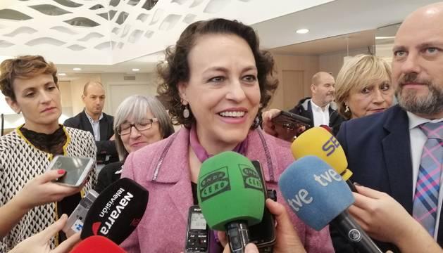 Foto de la ministra de Trabajo, Migraciones y Seguridad Social en funciones, Magdalena Valerio, atendiendo a los periodistas.