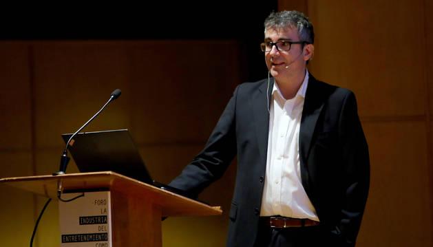 Foto de Ignasi Castelló, director de RRPP y Comunicación de la NBA, en el Planetario de Pamplona.