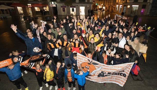 LA RIBERA NUNCA SE RINDE Parte de la afición naranja se concentró ayer en la plaza de los Fueros de Tudela para apoyar el Aspil al grito de 'La Ribera nunca se entiende'.
