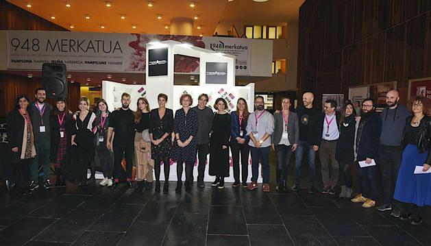 Foto de la Presidenta Chivite y la consejera Esnaola con las y los artistas.