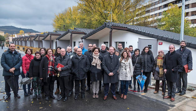 foto de Autoridades, trabajadores e invitados, tras el corte de cinta y la bendición junto a las viviendas que se extienden en hilera.