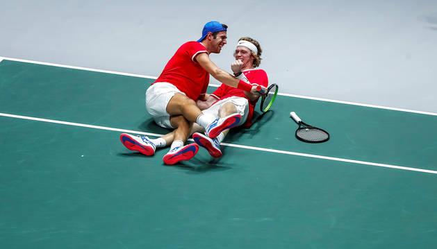 Los tenistas rusos Karen Khachanov (izda.) y Andrei Rublev (dcha.), celebran su victoria contra Serbia.