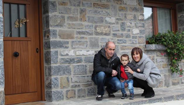 Patxi Sanz y Maialen Arguedas, con el pequeño Aiden, en su casa de Ibilcieta, este miércoles.