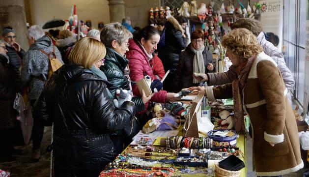 Foto de voluntarios que pudieron comprar juguetes y artículos de bisutería para recaudar fondos.