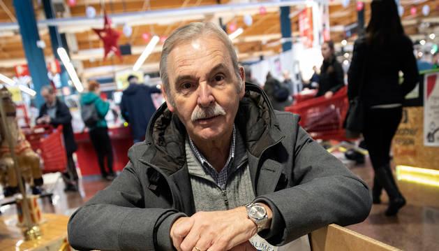 Foto del presidente del Banco de Alimentos, Joaquín Fernández Eraso, apoyado este sábado en uno de los contenedores.