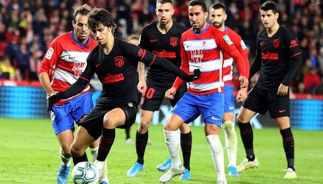 foto de El delantero portugués del Atlético de Madrid, Joao Felix, rodeado de rivales del Granada