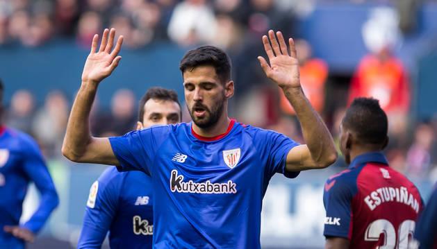 Foto de Kenan Kodro levanta las manos en señal de perdón, tras anotar el 1-2 en El Sadar.