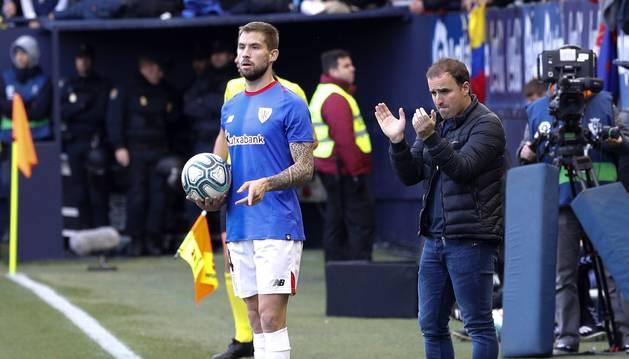 Jagoba Arrasate aplaude a sus jugadores mientras Íñigo Martínez se dispone a sacar de banda.