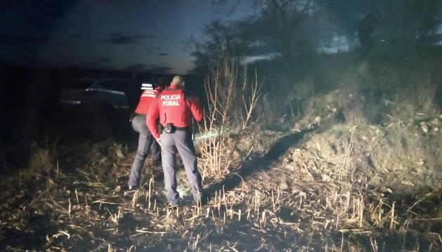 foto de Policías forales inspeccionan el terreno en el que ha resultado herido el cazador