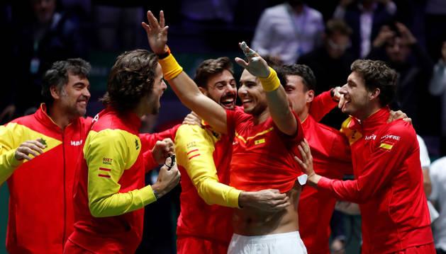 foto de Los tenistas de España celebran su victoria en la final de la Copa Davis tras el encuentro de Rafa Nadal ante el canadiense Denis Shapovalov
