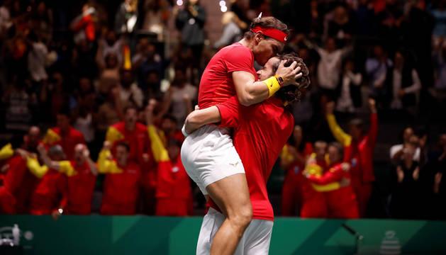foto de Rafa Nadal besa a Feliciano López para celebrar su pase a la final de la Copa Davis tras derrotar a los británicos Jamie Murray y Neal Skupski