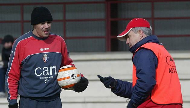 Savo Milosevic y Javier Aguirre conversan en Tajonar.