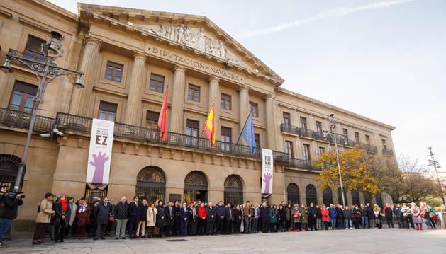 Integrantes del Gobierno de Navarra y representantes de otras instituciones, en la puerta del Palacio de Navarra