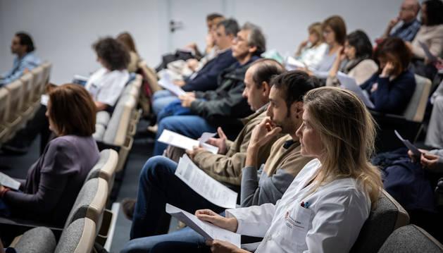 foto de Varios médicos antes de comenzar la asamblea del pasado viernes en el Complejo Hospitalario de Navarra.