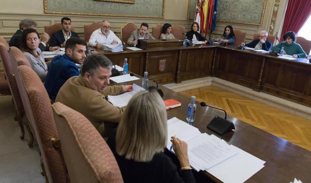 foto de Alejandro Toquero, a la izquierda, y Marisa Marqués, a la derecha, en un momento del pleno celebrado ayer en Tudela.