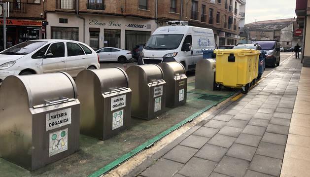 Contenedores, soterrados y de calle, situados en la plaza de Muerza de San Adrián.