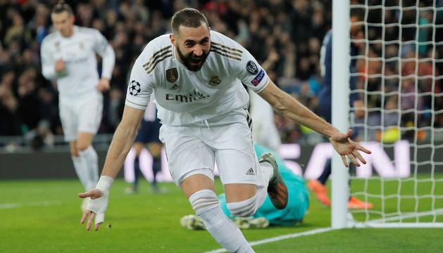 foto de Karim Benzema celebra uno de sus goles al París Saint Germain