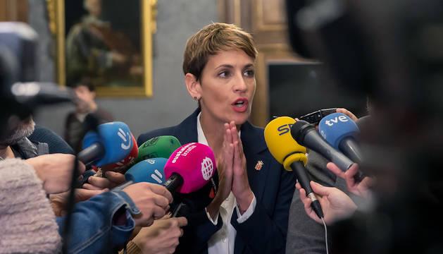 María Chivite atiende a los medios en el Palacio de Navarra.