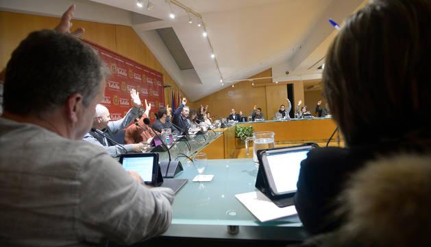 foto de Los concejales del ayuntamiento de Tafalla, durante una de las votaciones del pleno de ayer.
