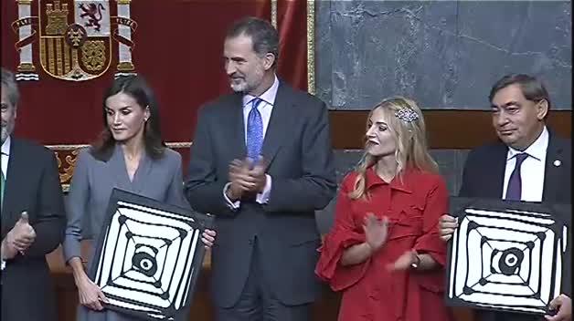 La reina Letizia recibe un premio por su compromiso contra la violencia machista