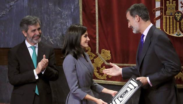 La reina Letizia, aplaudida por el presidente del Consejo General del Poder Judicial (CGPJ),Carlos Lesmes (i), tras recibir de manos del rey Felipe el premio.