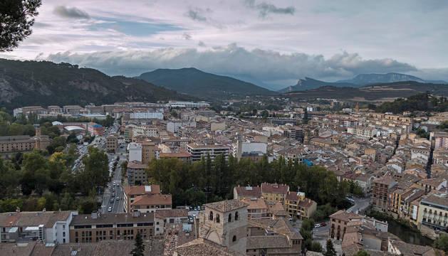 Foto panorámica de Estella, con la iglesia de San Pedro y, en torno a ella, el barrio monumental.