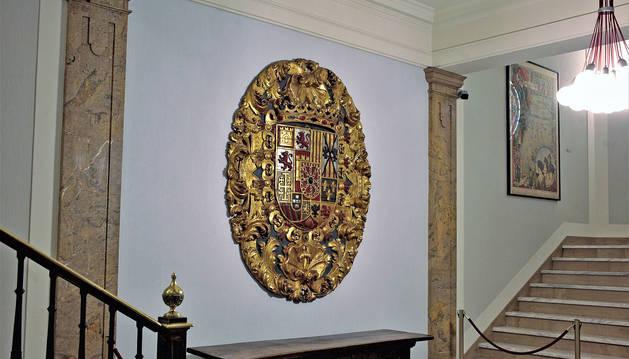 El escudo de las armas reales fue colgado nuevamente en el zaguán del consistorio pamplonés el pasado martes.