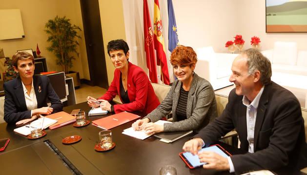 Foto de la presidenta María Chivite, la consejera Elma Saiz, y, por EH Bildu, Bakartxo Ruiz y Adolfo Araiz, en la reunión.