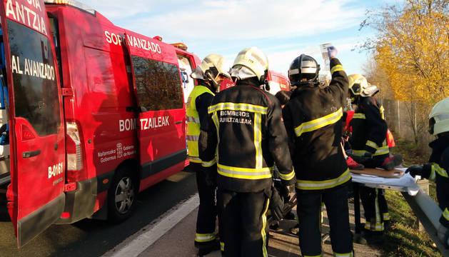 Miembros de los equipos de emergencias atienden a los heridos en el accidente ocurrido en el kilómetro 93 de la AP15.