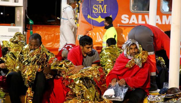 Imagen de varios de los rescatados en la patera que naufragó el martes a unas 30 millas de Melilla.