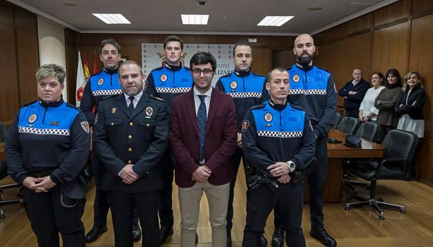 Foto de los tres nuevos agentes y los que recibieron el reconocimiento, junto al alcalde y al jefe de Policía.