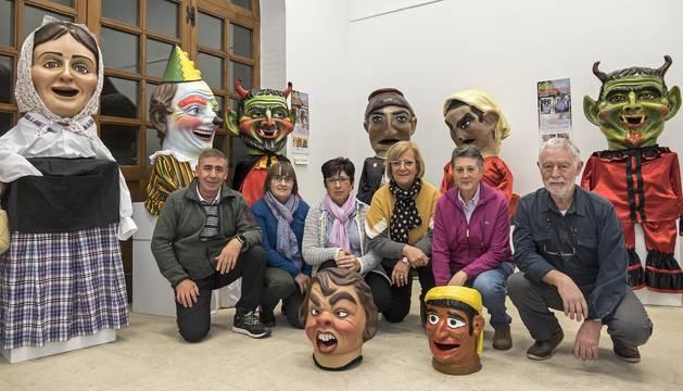 La junta directiva de la asociación de ex danzaris posa con algunos de los cabezudos en la inauguración.