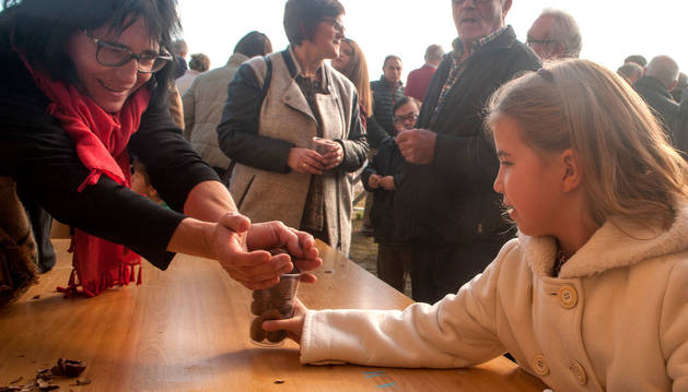 Foto del reparto de castañas para celebrar San Saturnino en Artajona.