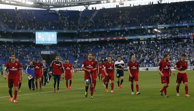 2013/2014. Los jugadores se acercan a la afición desplazada hasta Barcelona después del insuficiente 1-1 de la penúltima jornada.