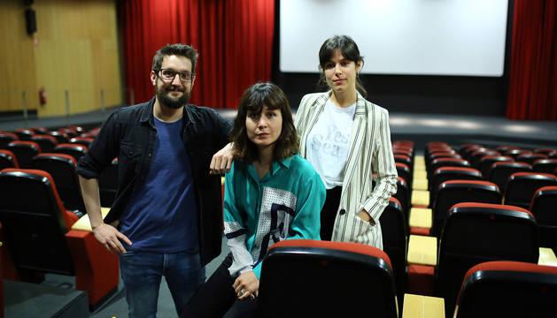 Foto de Jon Mikel Caballero con las actrices de El increíble finde menguante Iria del Río y Nadia de Santiago.