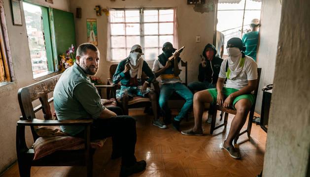 Foto de David Beriain con uno de los grupos de secuestradores a los que entrevistó en Venezuela para 'El negocio del secuestro en Venezuela', el episodio del programa 'Clandestino' nominado al premio.