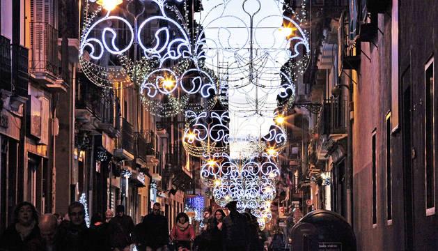 Foto del primer día de luces navideñas en la calle Mayor de Pamplona, a la altura del Civivox Condestable. La decoración se mantendrá hasta el 6 de enero.