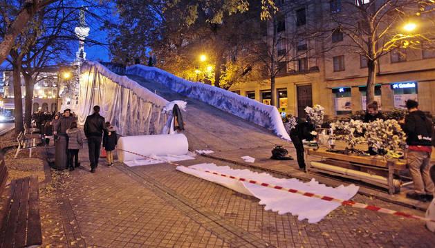 Foto del tobogán, frente al Monumento de los Fueros, terminará de instalarse estos días.