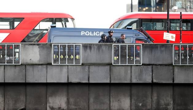 Una persona fue detendia por la Policía Metropolitana de Londres tras presuntamente haber atacado a varias personas con un herido en un incidente que la policía trata como un hecho