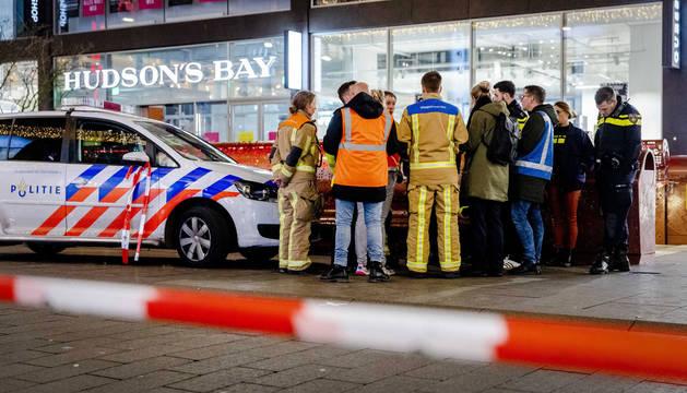 Foto de varios agentes y personal sanitario en el lugar de los hechos, en la Grote Markstraat, una calle céntrica de La Haya.