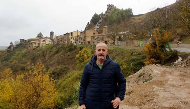 Foto de Fernando Amunarriz en la carretera que lleva a Petilla, con la silueta del pueblo detrás.