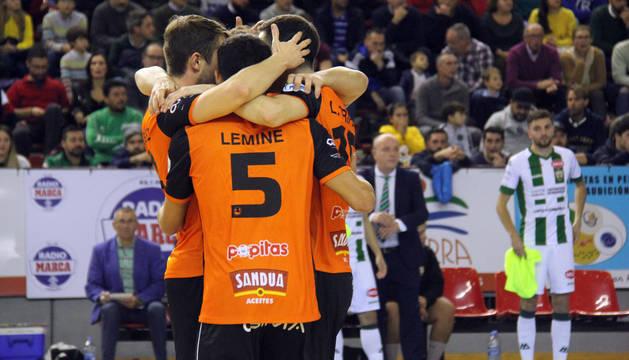 Foto de los jugadores del Aspil se funden en un abrazo tras el gol de Javivi, que sirvió para abrir el marcador.