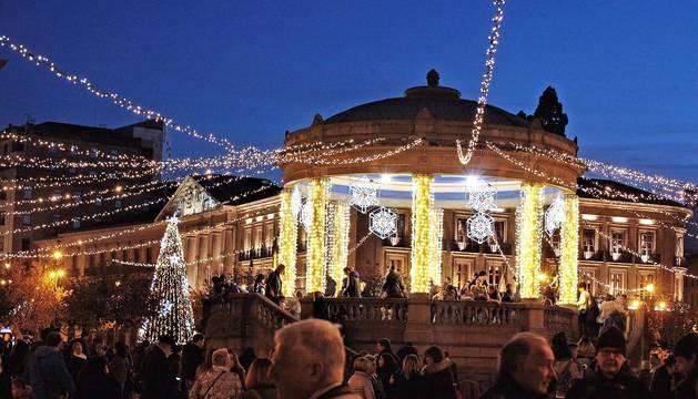 Pamplona dio este viernes comienzo a la Navidad con el encendido de un millón de puntos de luz que hasta el próximo 6 de enero iluminarán las noches de la capital navarra.